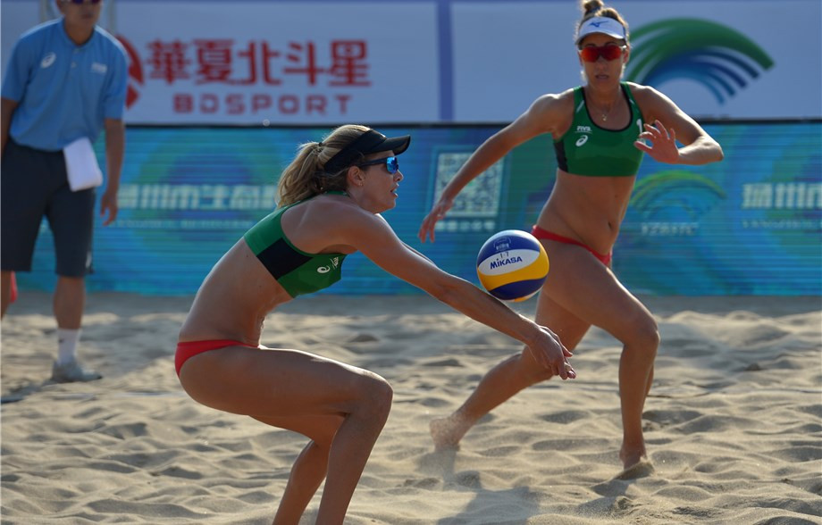 Top seeds in the women's competition Barbara Seixas De Freitas and Fernanda Alves won their match in a tiebreak ©FIVB
