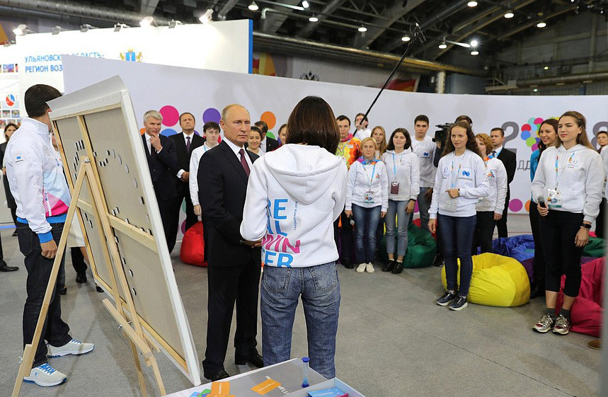 The Russian President took part in the training session by asking sporting questions to the volunteers ©FISU
