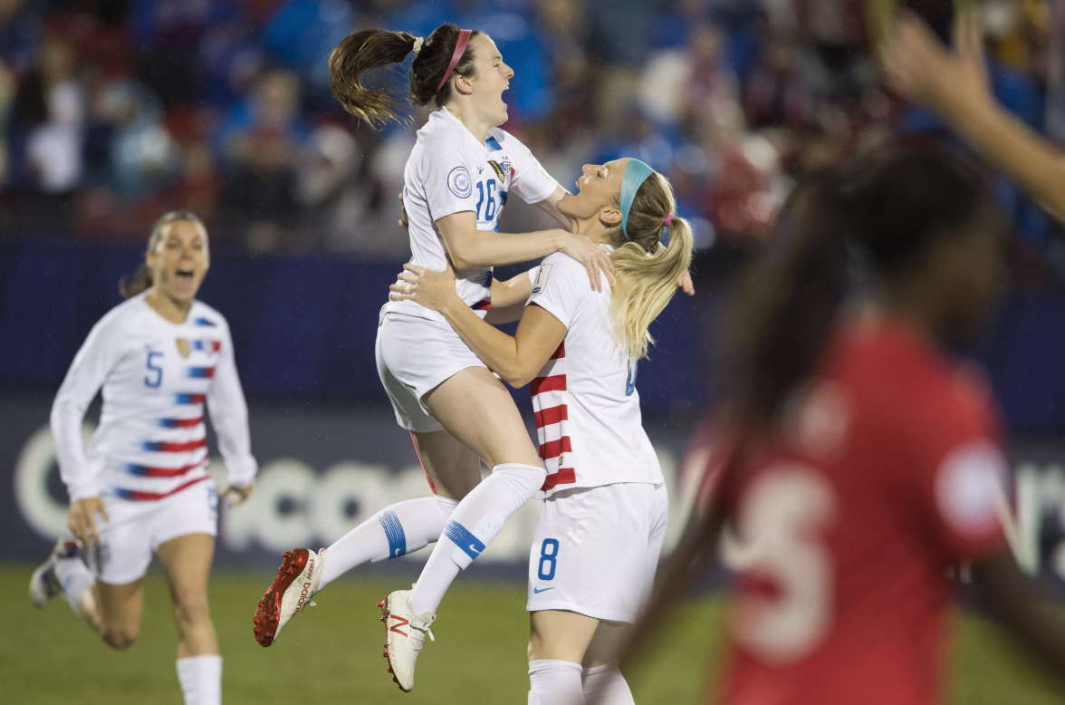 Rose Lavelle is congratulated by her team-mates after scoring the US's first goal ©Mexsport/CONCACAF