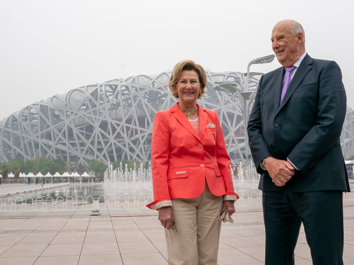 Norway's King Harald V and Queen Sonja pose outside the Bird's Nest, which is due to be used for the Opening and Closing Ceremonies during Beijing 2022 ©The Royal House of Norway