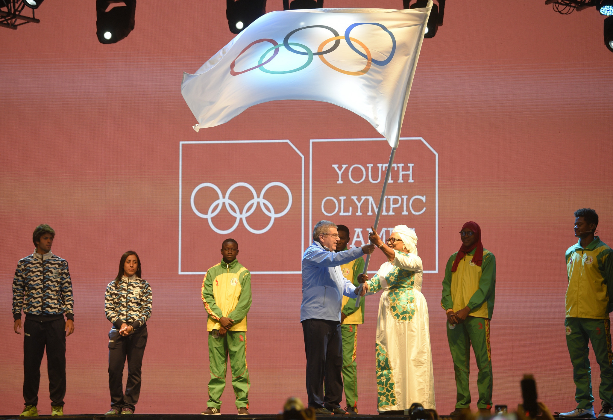Thomas Bach passes the Youth Olympic flag to Africa and Senegal ©Getty Images