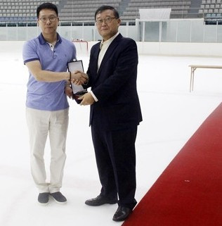 Kim Sang-joon, left, was presented as the new coach of the South Korean women's ice hockey team by national governing body President Chung Mong-won, right ©KIHA