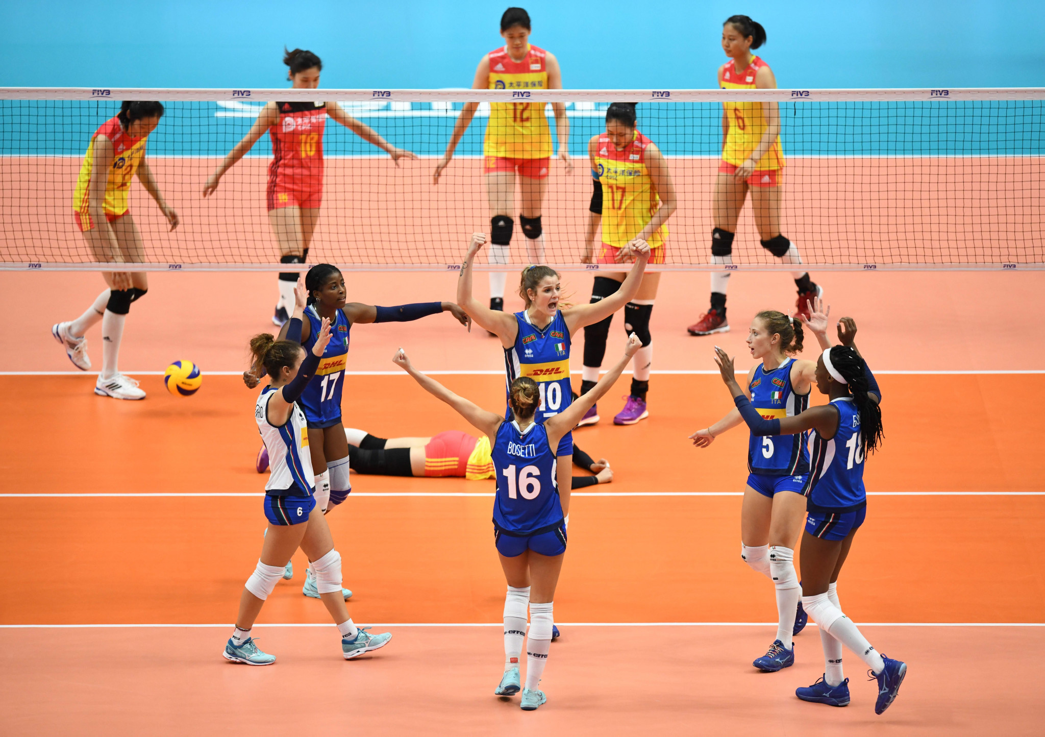 Italy celebrate winning a point against Olympic champions China ©Getty Images