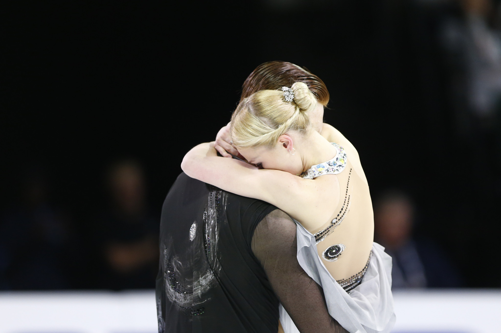 Evgenia Tarasova embrace after sealing the pairs title ©Getty Images