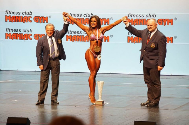 Italy's Lexy Oliver, winner of the women's wellness fitness over-163cm gold and overall world title, stands alongside IFBB President Rafael Santonja, left, and Pawel Filleborn, President of the Polish Bodybuilding Federation ©IFBB