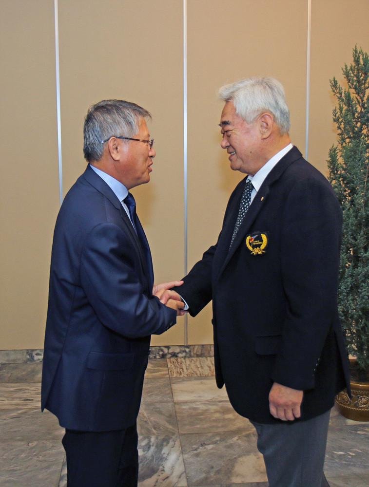 Chungwon Choue, right, meets with ITF counterpart Ri Yong Son ©World Taekwondo