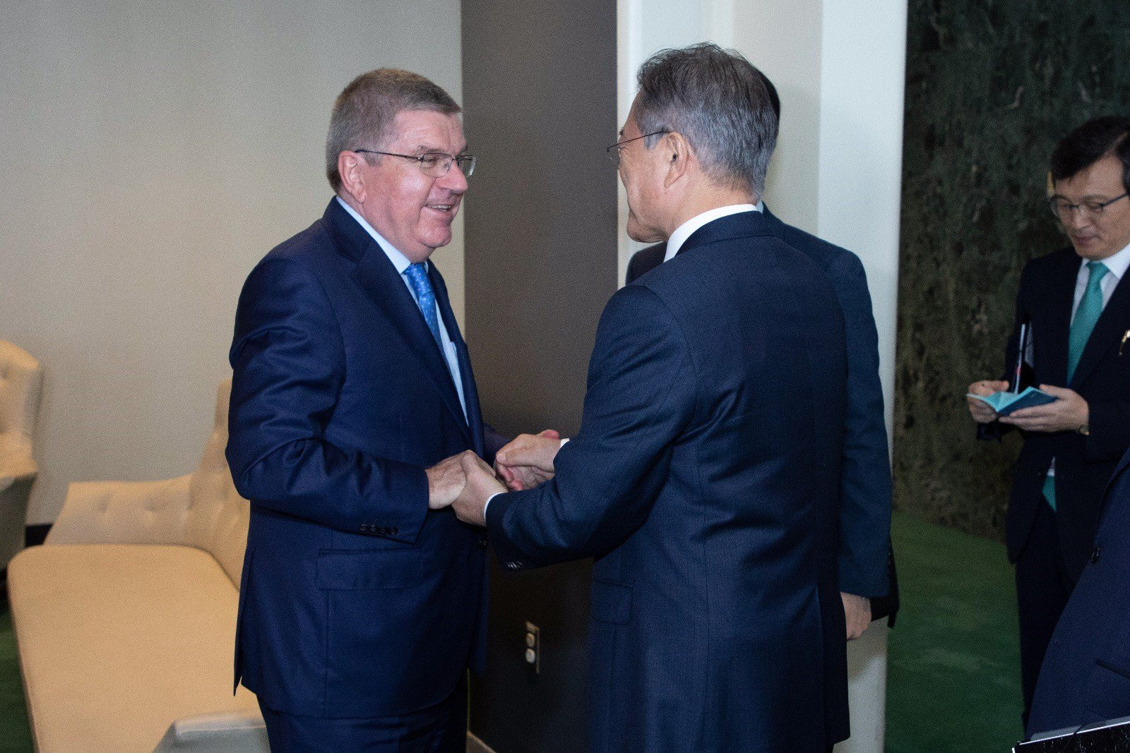 IOC President Thomas Bach held talks in Seoul last month regarding the joint bid for the 2032 Olympic and Paralympic Games with South Korean President Moon Jae-in ©IOC