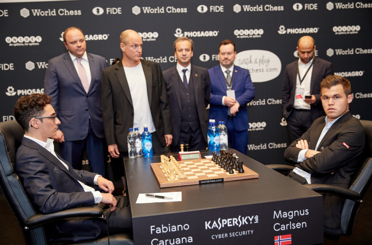 Hollywood actor Woody Harrelson, third left, with FIDE President Arkady Dvorkovich on his left, prepares to make a cumbersome first move for US challenger Fabiano Caruana, far left, against defending world chess champion Magnus Carlsen ©Getty Images