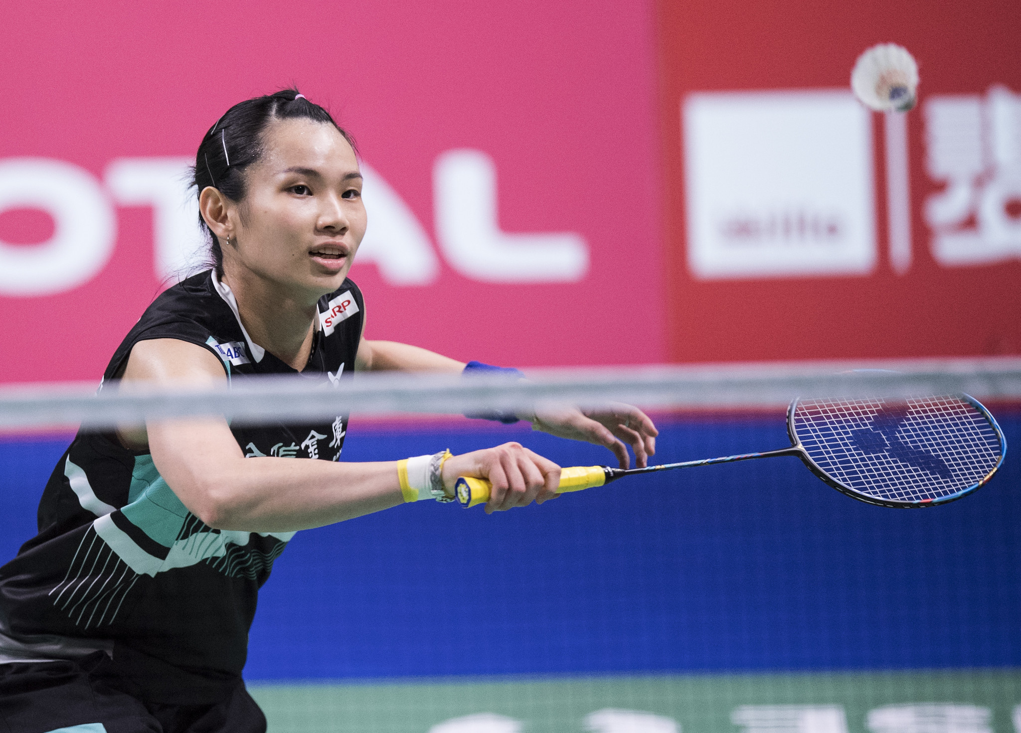 World number one wins battle with Olympic and world champion at BWF Hong Kong Open