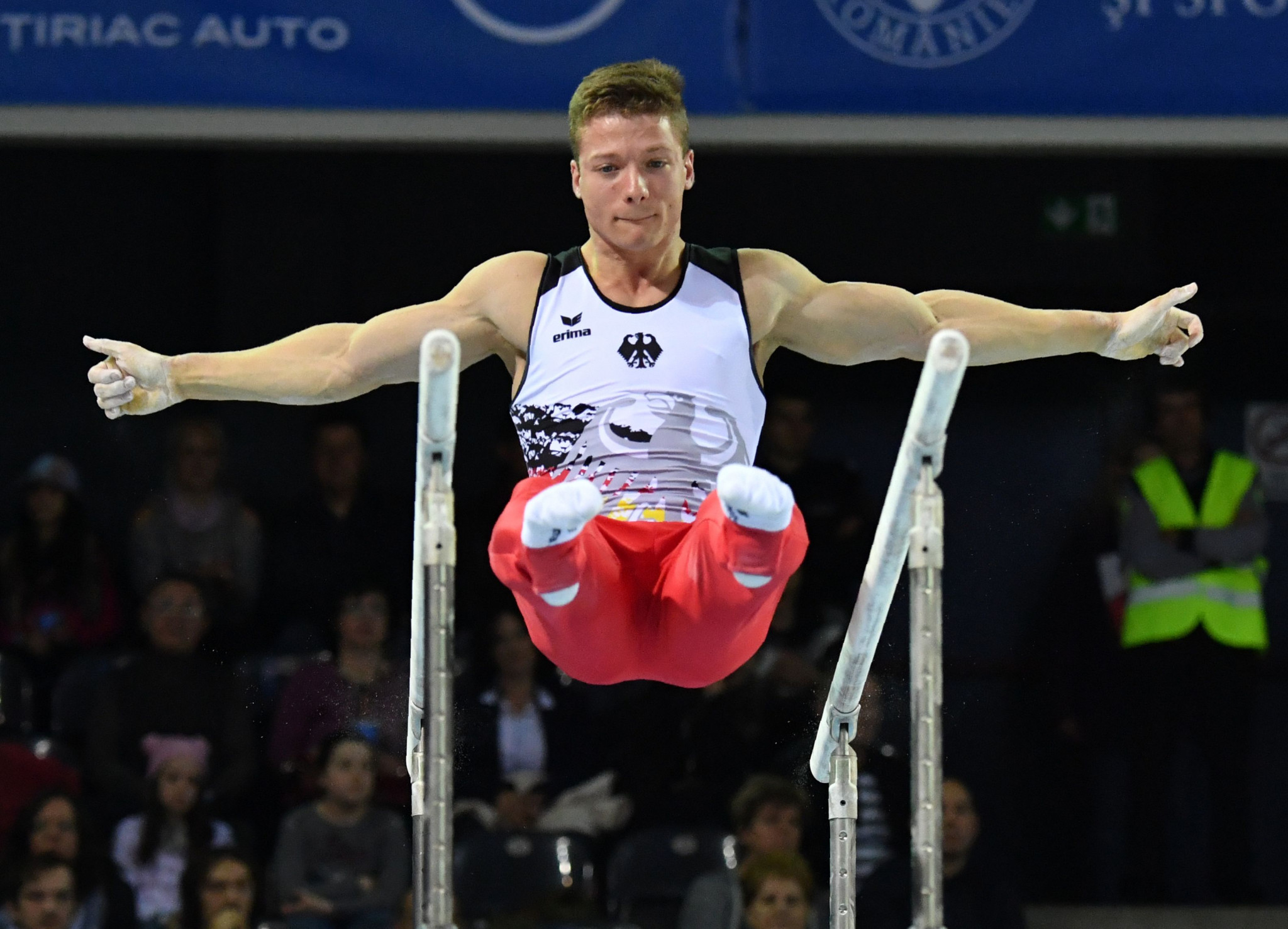 Dauser tops parallel bars qualifying at FIG Individual Apparatus World Cup