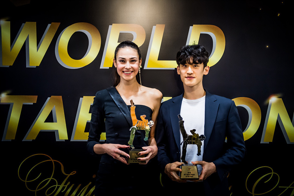 The recipients of the Player of the Year awards İrem Yaman and Dae-hoon Lee pose together at the Fujairah National Theatre ©World Taekwondo