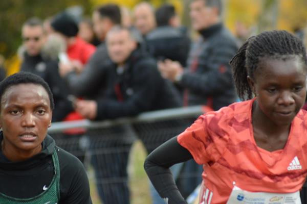 Kenya's Eva Cherono, left, and Gloria Kite, right, battled it out in the iAAF Cross Country Permit Series event in Alcobendas with Cherono, a late addition to the race, taking the victory ©IAAF