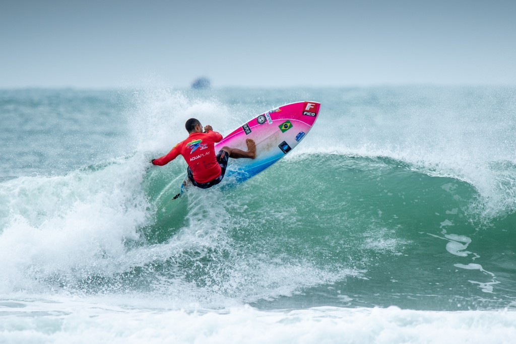 Brazil's Luiz Diniz on his way to earning the highest heat total of the event ©ISA/Pablo Jimenez