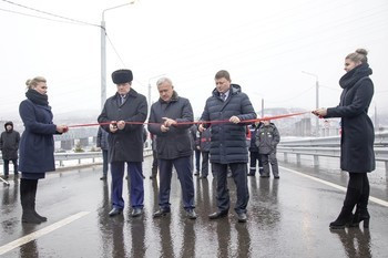 Krasnoyarsk's territory governor Alexander Uss, mayor Sergey Eremin, and general director of Sibiryak construction company Vladimir Yegorov attended the opening of a highway to be used at the 2019 Winter Universiade ©Press Service of the Government of the Krasnoyarsk Territory