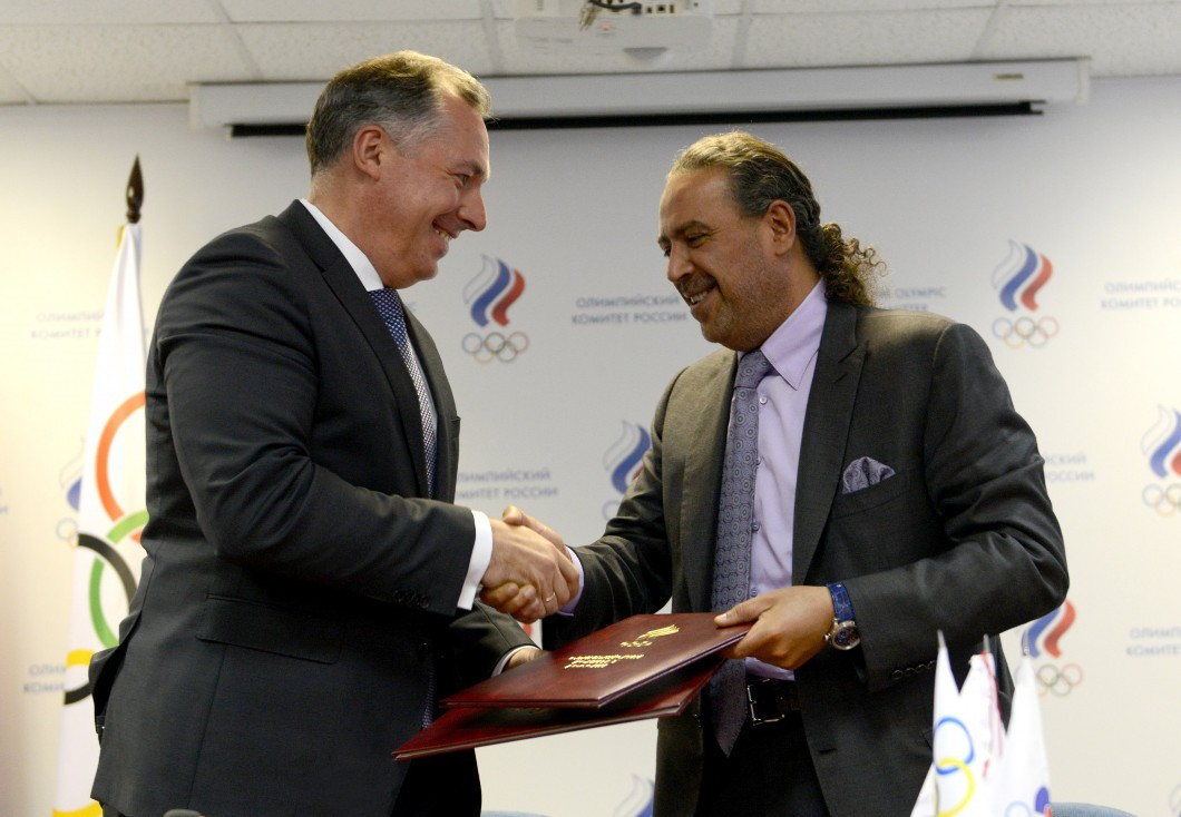 ROC President Stanislav Pozdnyakov and OCA and Olympic Solidarity counterpart Sheikh Ahmad Al-Fahad Al-Sabah shake hands on the agreement that will see joint programmes conducted to boost anti-doping efforts ©ROC