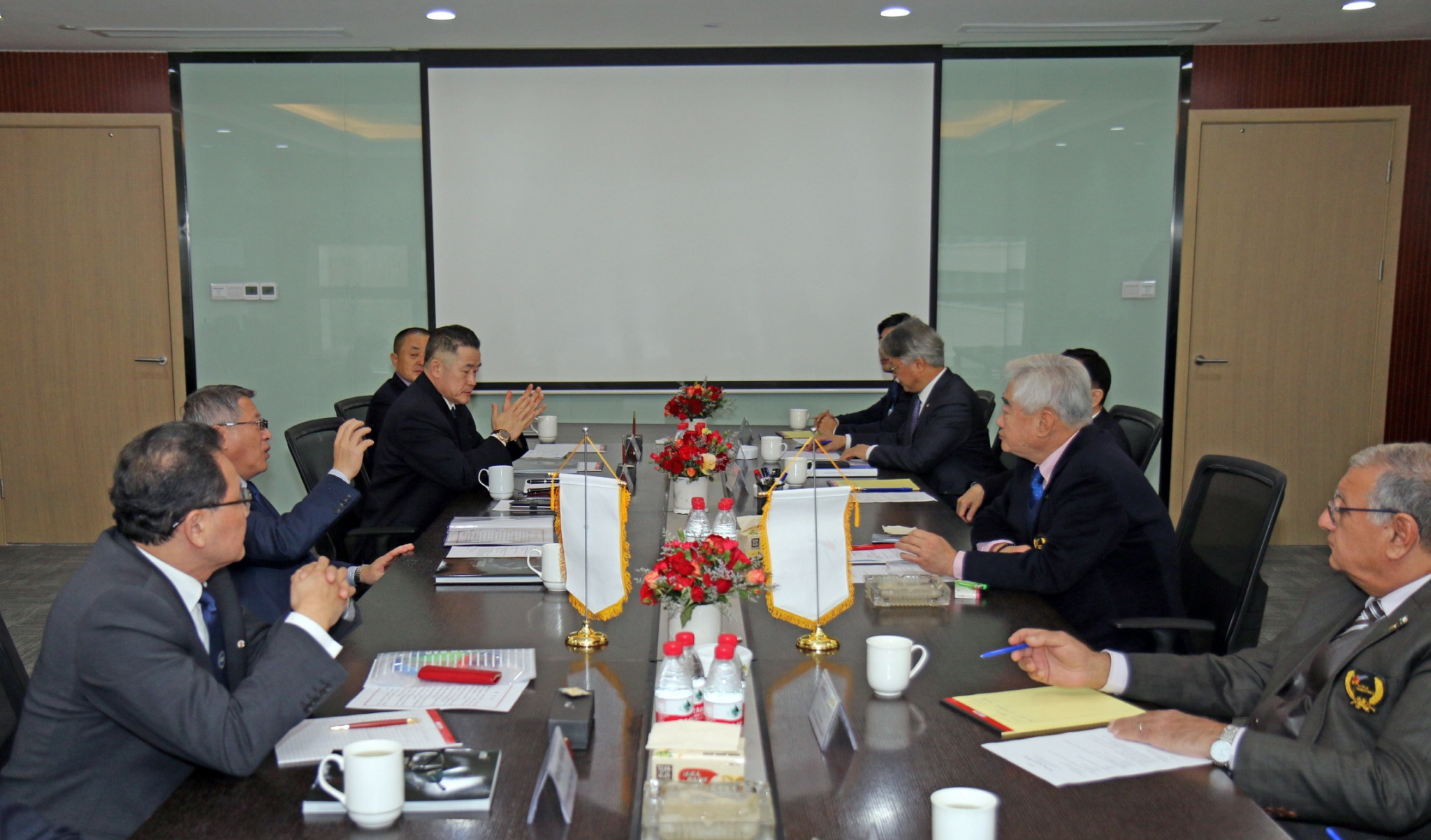 World Taekwondo President Chungwon Choue, right, met with his ITF counterpart Ri Yong-son, left ©World Taekwondo