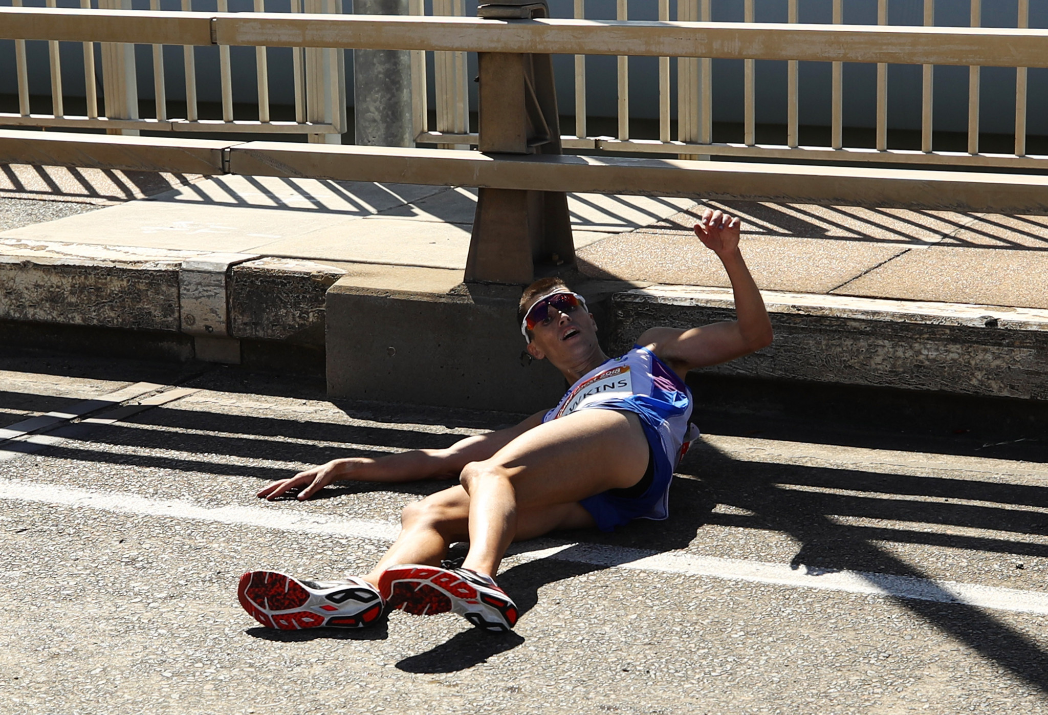 Callum Hawkins of Scotland collapsed through exhaustion while leading the men's marathon  ©Getty Images