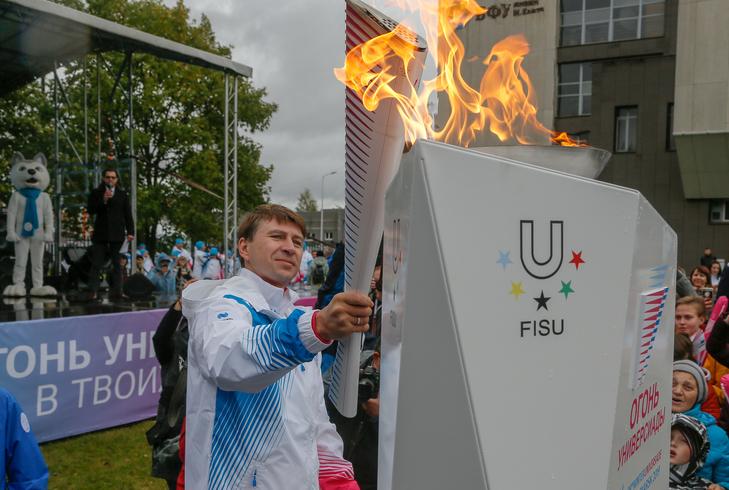 Alexey Yagudin carried the Universiade flame through Kaliningrad ©Krasnoyarsk 2019