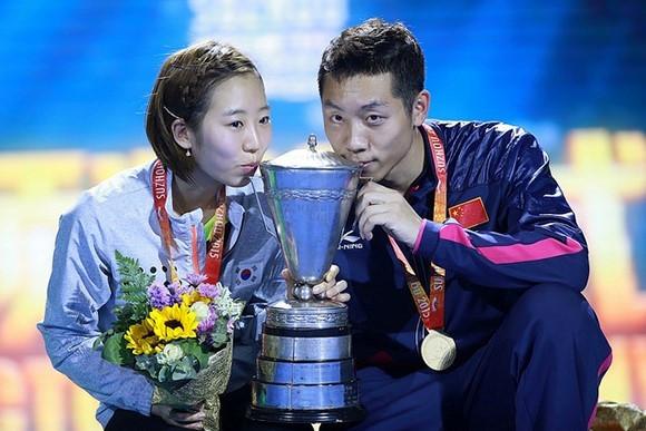 South Korea's Yang Haeun (left) and China's Xu Xin (right) celebrate their mixed doubles success ©ITTF