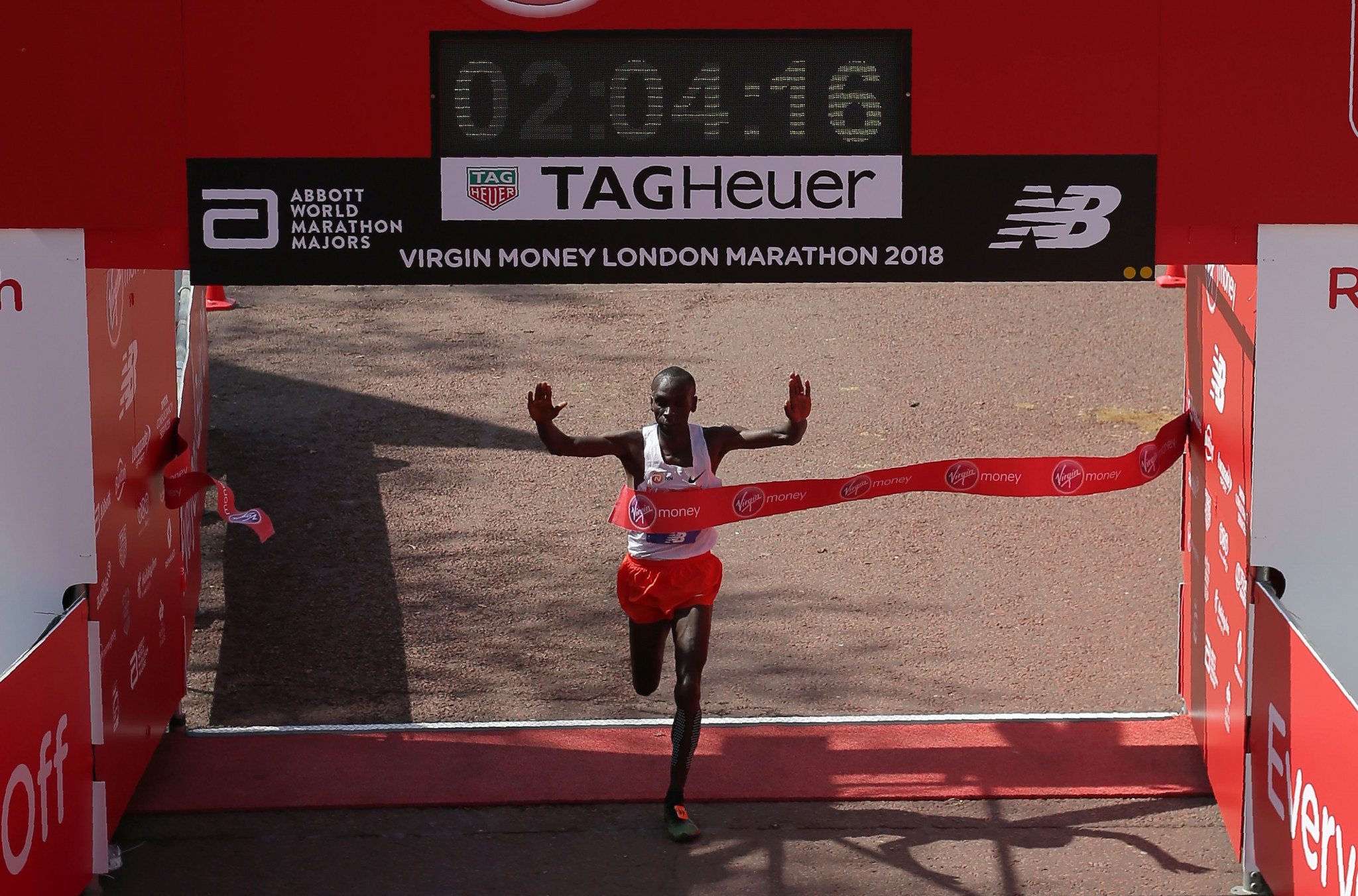 World record holder Kipchoge to return to London Marathon for title defence