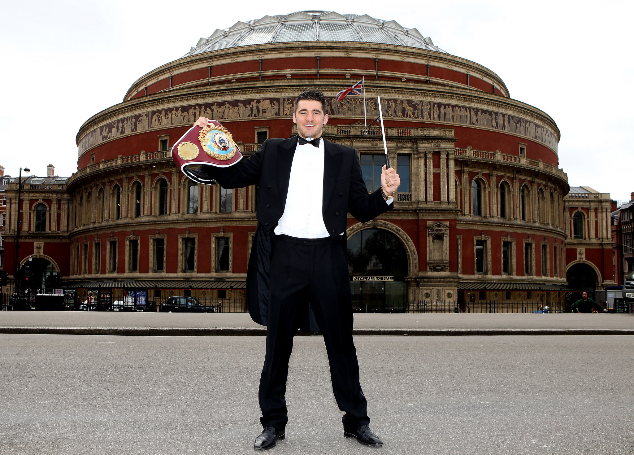 Boxer Nathan Cleverly makes a nod to the Royal Albert Hall's musical tradition outside the venue ©Getty Images