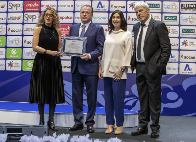 IJF President Marius Vizer, centre left, was given a certificate of appreciation by the World Jewish Congress for his work helping Israel compete under their own flag in the United Arab Emirates ©IJF
