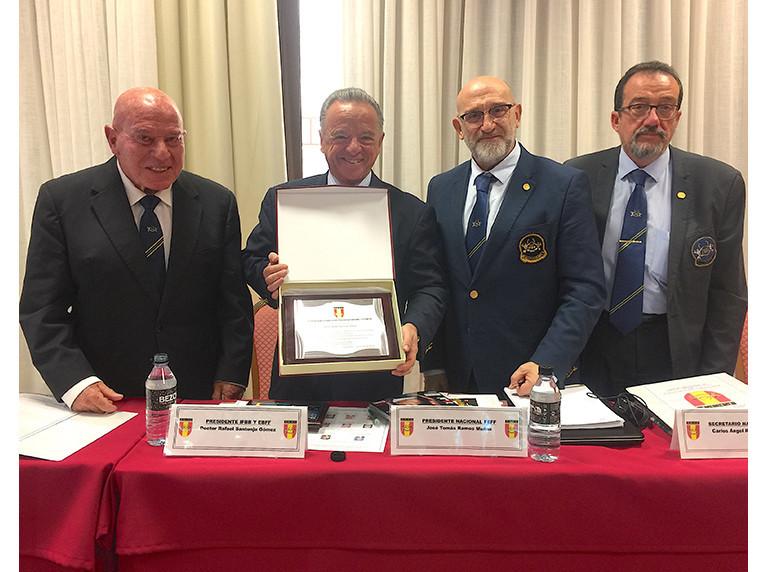 Rafael Santonja, second left, was honoured by the Spanish governing body ©EFBB