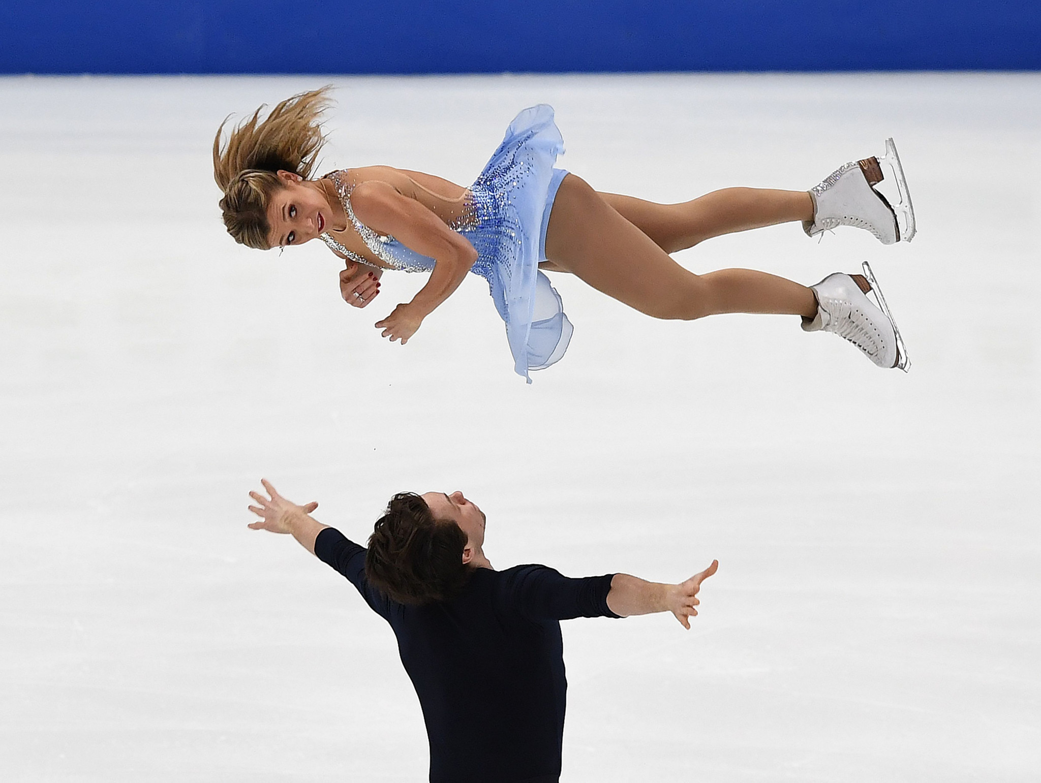 Canada's Kirsten Moore-Towers and Michael Marinaro lead the pairs competition at the halfway stage in Anaheim ©Getty Images