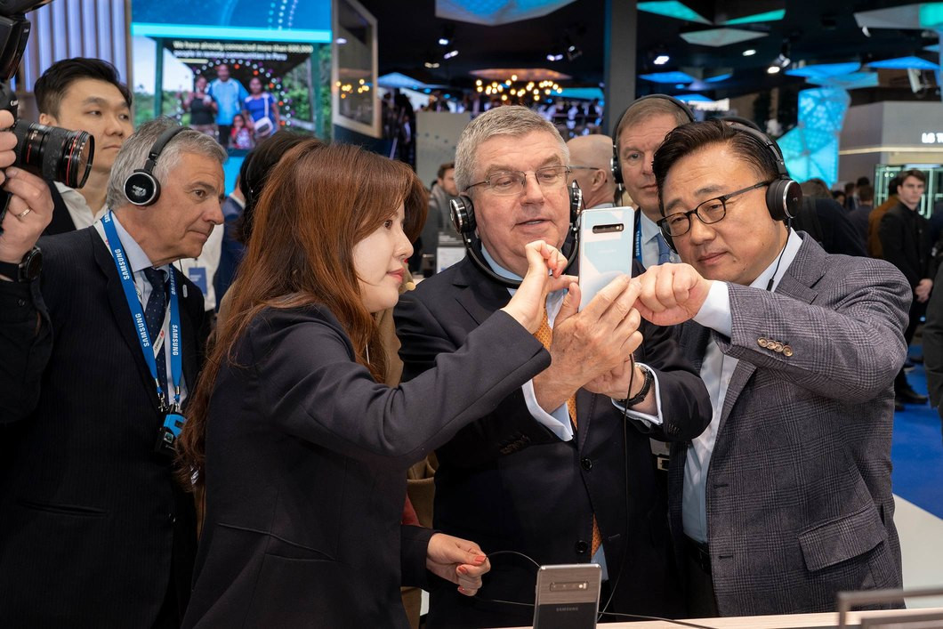 Thomas Bach was shown the latest mobile technologies created by IOC partners including Samsung ©IOC