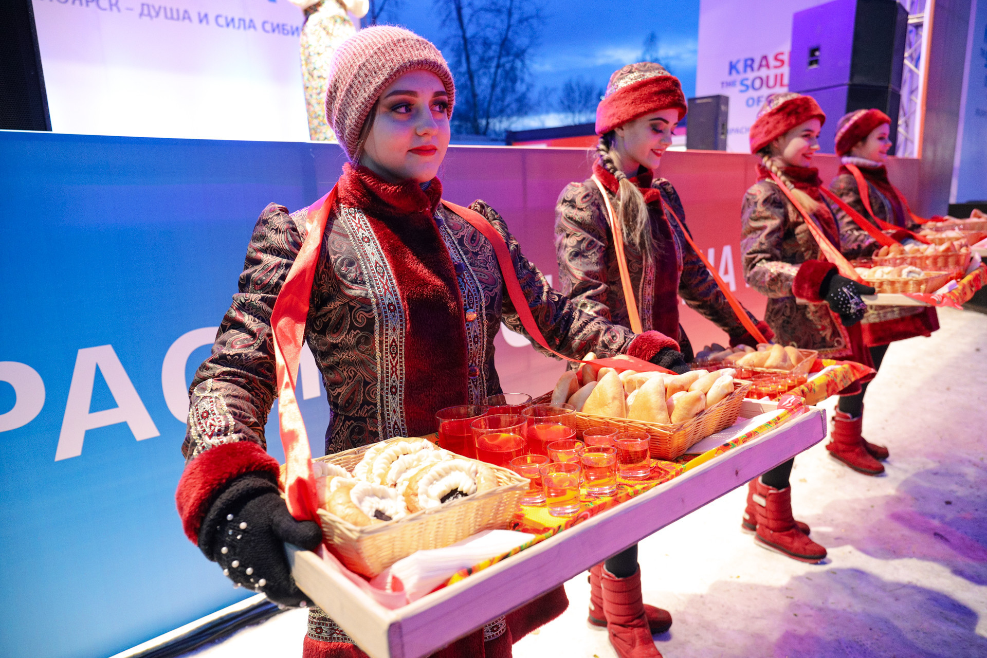 Sculptors were given pasties at the opening event of the ice festival and contest ©Krasnoyarsk 2019