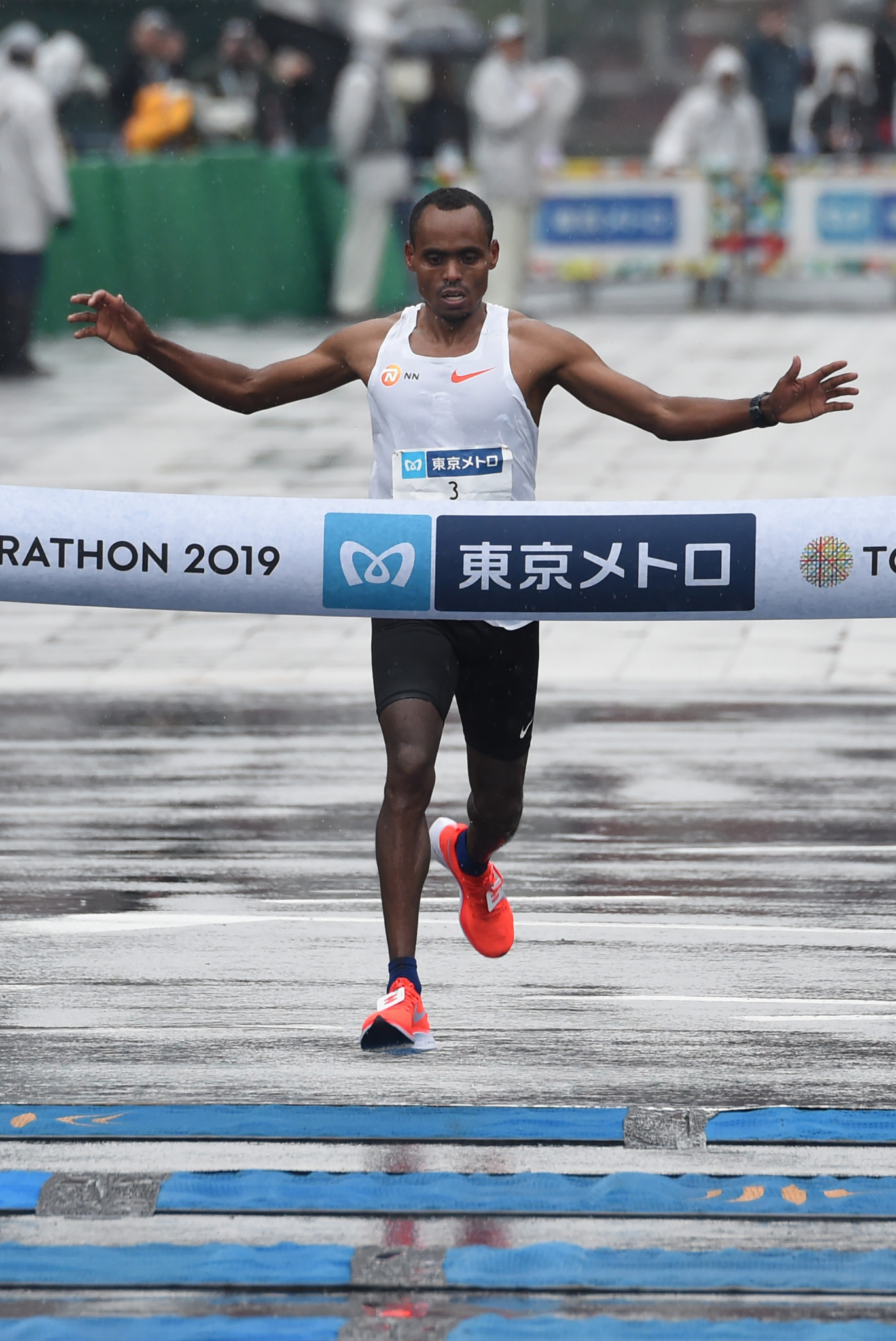 Governor criticised for putting hands in pockets during Tokyo Marathon ceremony
