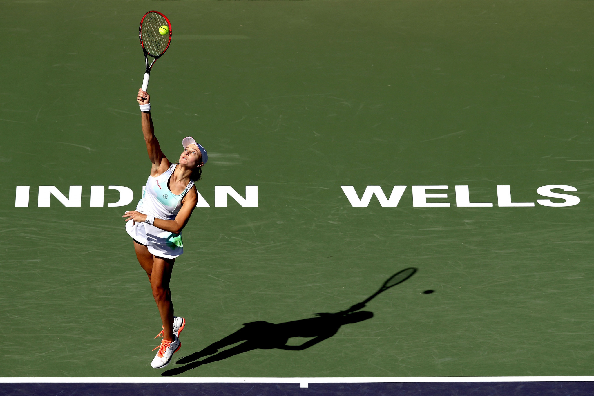 Stephens crashes out as Williams battles to victory over Azarenka at Indian Wells