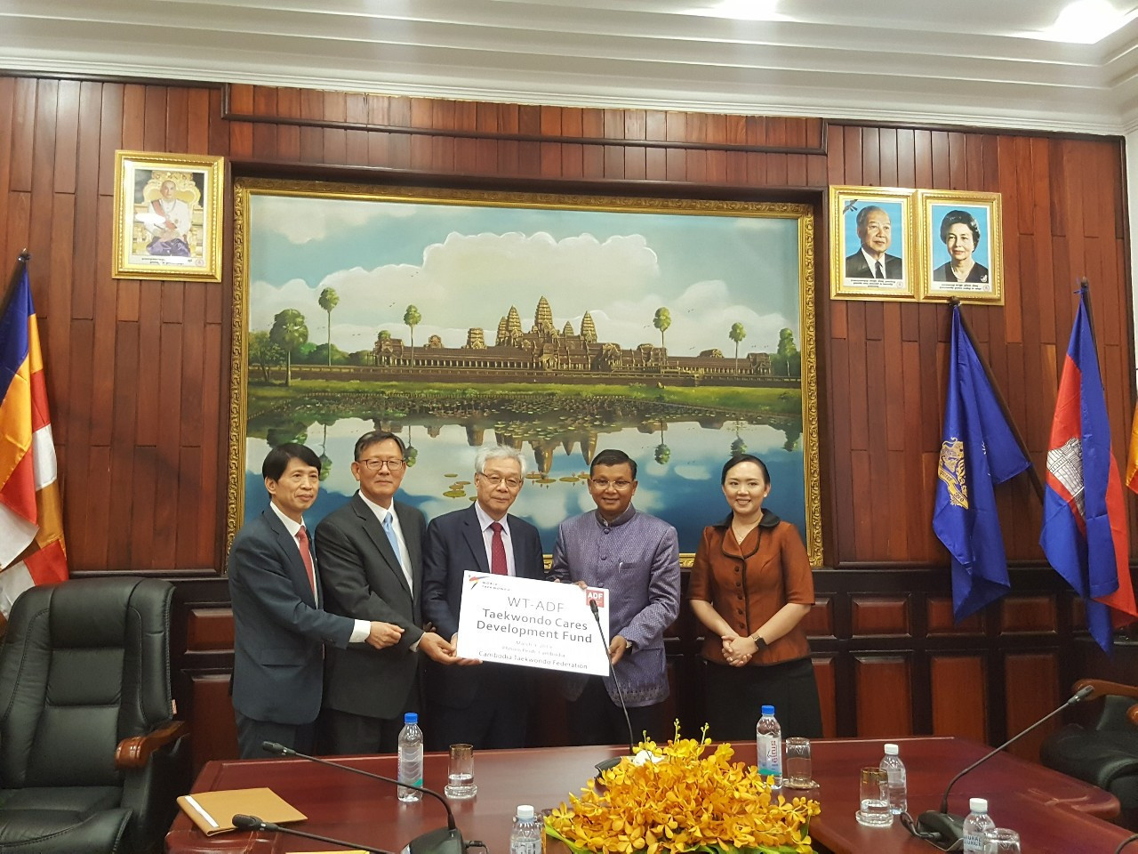 World Taekwondo and the Asia Development Foundation have delivered a $24,000 taekwondo development fund and university student scholarships to Hang Chuon Naron, Cambodia's Minister for Education, Youth and Sport ©World Taekwondo