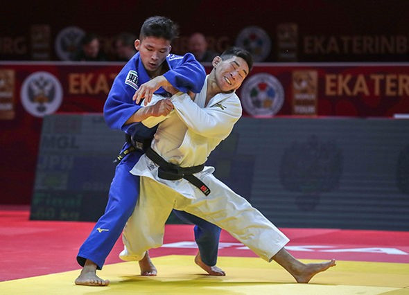 Mongolia's Unubold Lkhagvajamts upset the odds to beat Japan's Yuma Oshima in the men's  under-60kg final ©IJF