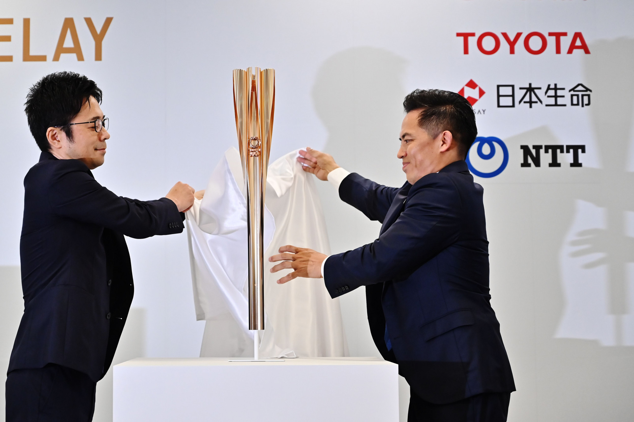 Designer Tokujin Yoshioka, left, and Torch Relay ambassador Tadahiro Nomura, right, unveil the Tokyo 2020 Olympic Torch ©Getty Images