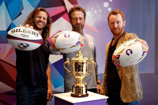 The Webb Ellis Cup met Hollywood film stars including Gerard Butler, centre, in Los Angeles ©Rugby World Cup