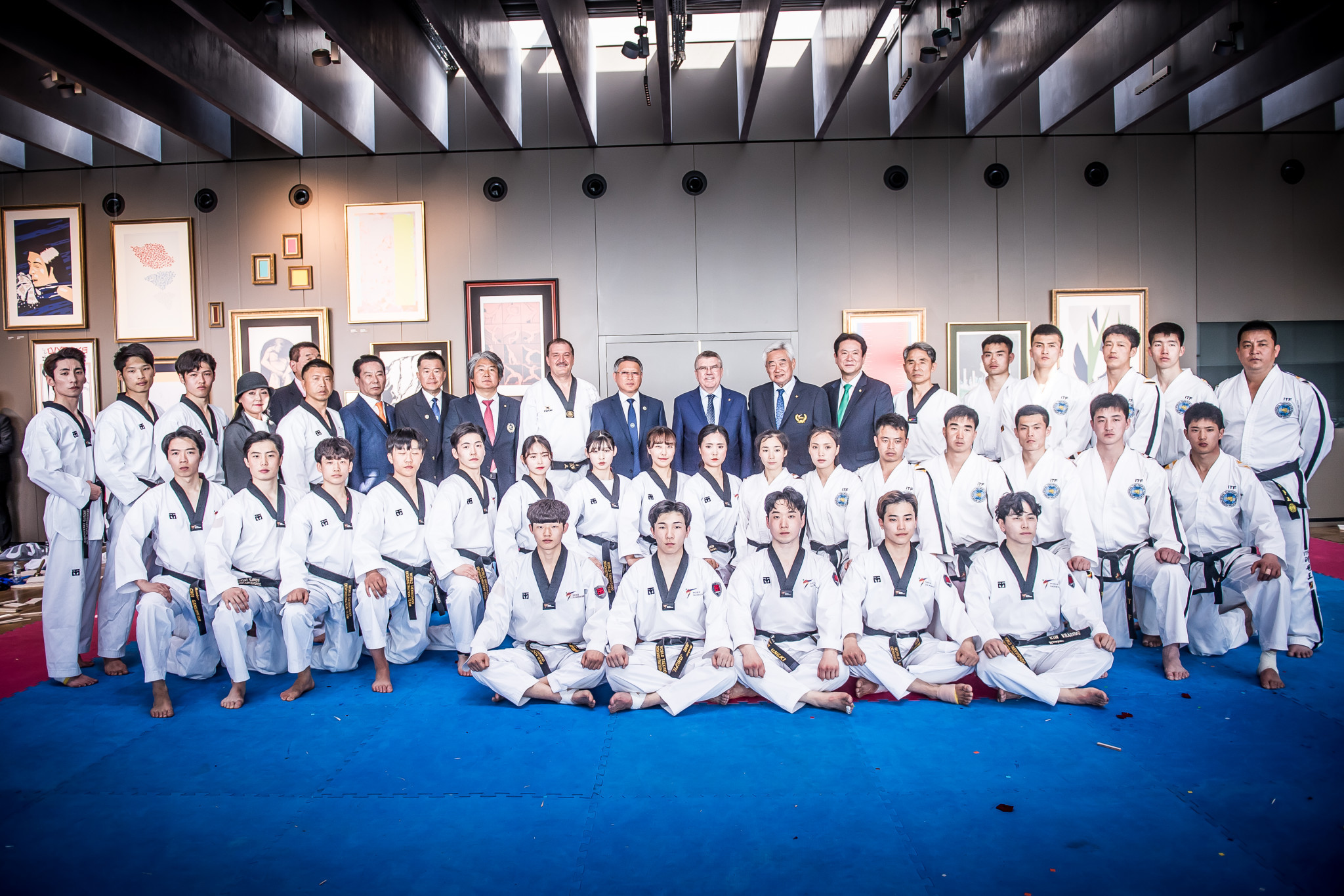 The IOC President, WT President and the ITF President joined the teams for a group photo ©World Taekwondo