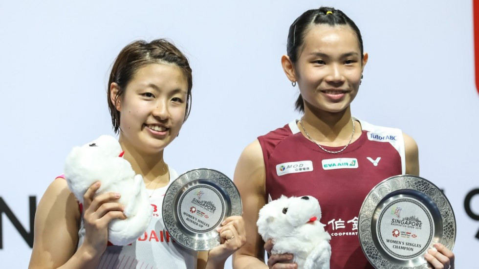 Chinese Taipei's Tai Tzu-ying, right, dominated her BWF Singapore Open final against Japan's Nozomi Okuhara ©BWF