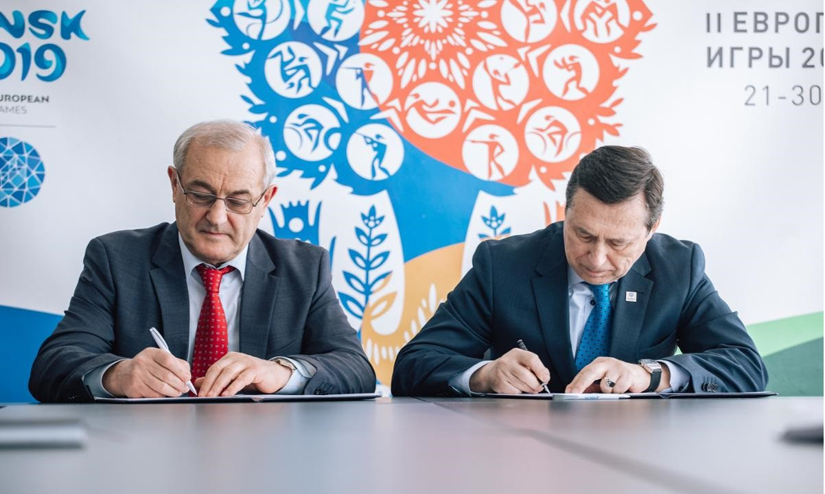 Minsk 2019 chief executive George Katulin, right, and Minsk Soft Drink Company director Anatoly Artyukhovsky, left, signed the partnership agreement to provide water during the European Games ©Minsk 2019