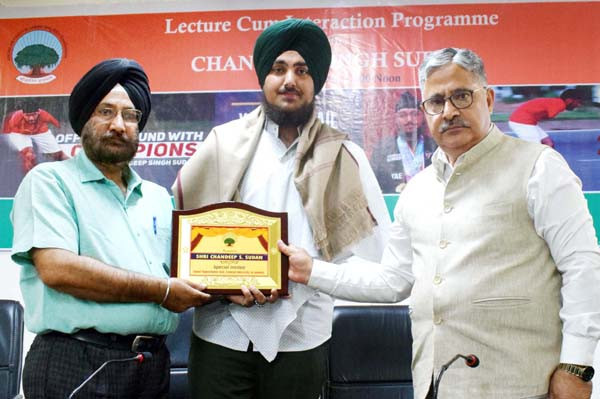Indian Para-taekwondo athlete Chandeep Singh Sudan has visited the university in his home city of Jammu to deliver a inspirational talk to students ©CUJ