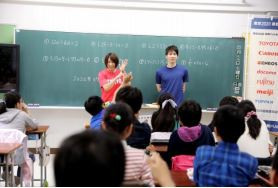 Olympians Kaori Matsumoto and Paralympian Takuro Yamada took part in a maths lesson at a public elementary school involving the new Tokyo 2020 textbook ©Tokyo 2020