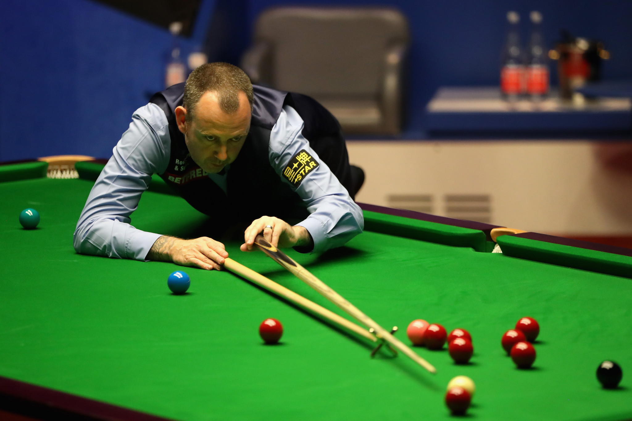 Defending world snooker champion Williams cleared by hospital after chest pains - but then cleared out by Gilbert