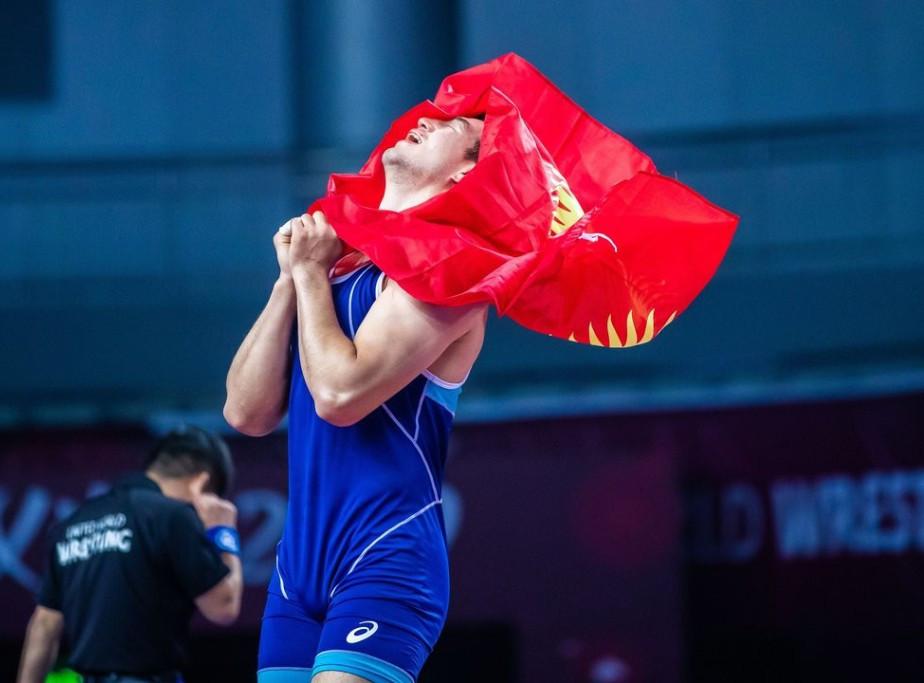 Kyrgyzstan's Uzur Dzhuzupbekov beat Jahongir Turdiev to deny Uzbekistan the team Greco-Roman title ©UWW