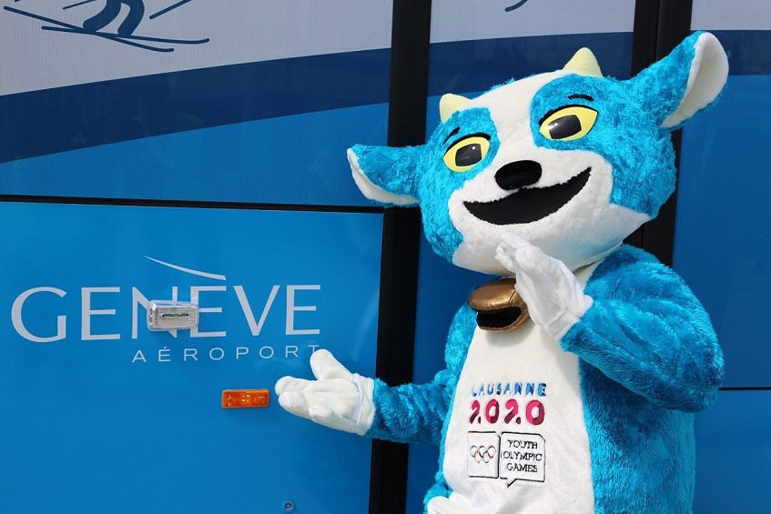 The new Geneva Airport passenger bus was inaugurated in the presence of Lausanne 2020 mascot Yodli ©Lausanne2020/Genève Aéroport