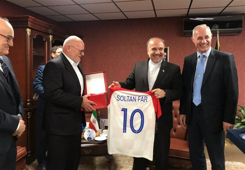 Croatian Olympic Committee President Zlatko Mateša, second left, presented Iran's Minister of Youth Affairs and Sports Masoud Soltanifar with a football shirt with his name on the back ©MNA