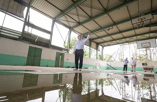 Thomas Bach visiting facilities damaged by Cyclone Pam during his visit ©IOC/Ian Jones