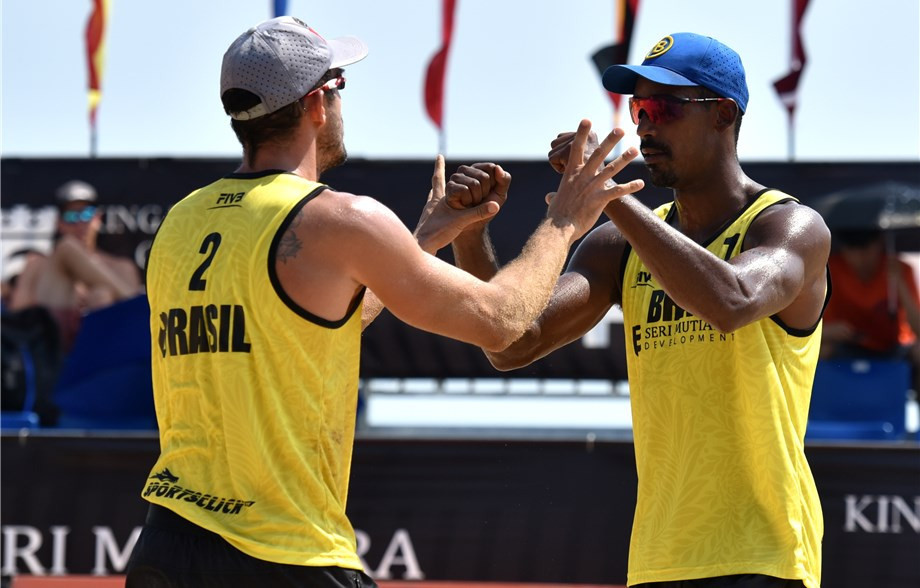 Brazil's Thiago Barbosa and Oscar Brandao were among the teams to secure a place in the quarter-finals of the men's draw ©FIVB