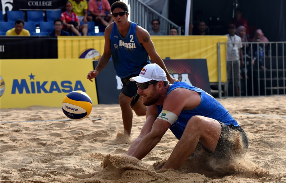 Brazil's Alvaro Filho, left, and Rio 2016 champion Alison Cerutti won the men's title at the FIVB Port Dickson Beach Open in Malaysia with victory over America's Theo Brunner and Reid Priddy ©FIVB