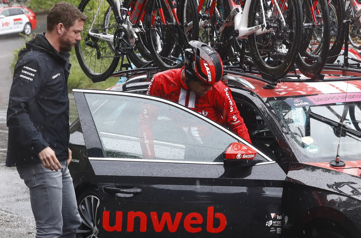 Sunweb's former Giro d'Italia winner Tom Dumoulin swaps his bike for a car after abandoning this year's race early in stage five because of the knee injury he sustained in yesterday's crash near the finish ©Getty Images