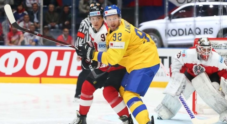 Two-time defending champions Sweden recorded their third straight victory as they thrashed Austria ©IIHF